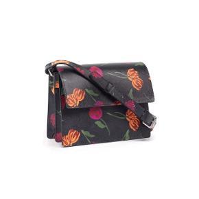 Jeg sælger min smukke blomsterede Ganni taske. Ny pris var 2500,-. Tasken har magnetlukning. Tasken har to indvendige rum samt lomme med lynlåslukning. Bredde 21 cm, højde 15 cm, dybde 10 cm. Længde på indvendig lynlåslomme 17 cm, længde på strop 110 cm, bredde på strop 2 cm. 100% kalvelæder. Flot stand 💐. #trendsalesfund
