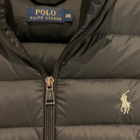 Super flot og varm jakke fra polo Ralph lauren. Brugt en sæson - virkelig pæn stand. Tegn på brug ses på lynlåse - hvor det sølv er slidt lidt ned. Eller super flot