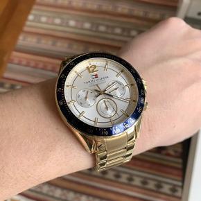 Sælger dette flotte Tommy Hilfiger guld ur med blå skive. Det er kun brugt nogle gange så er i flot stand.