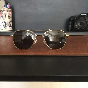 Vintage general optics / American optics solbriller sælges..    De er brugt, men i fin stand for alderen..    Dog kunne de godt trænge til en tur til optikeren, så de kan blive rettet til..    Vil tro de er fra sidst i 70'erne, start 80'erne..    SE OGSÅ MINE ANDRE ANNONCER.. :D