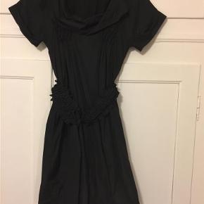 0750a7252d92 Varetype  Smuk kjole med mange detaljer Størrelse  38 (36) Farve  Sort. Hoss  Intropia Kjole