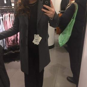Sælger denne fine jakke fra Zara. Jakken fremstår helt som ny, og der er derfor ingen tegn på slid, da den kun er brugt en enkel gang.
