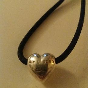 Sælger denne flotte halskæde fra Ole Lynggard. Den er 60 cm lang, så pæn kort halskæde. Brugt meget lidt Handler helst via mobilpay Sender gerne mod betaling og med Dao