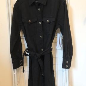 Sort denim kjole fra Gina Tricot. Aldrig brugt og stadig med prismærke. Ingen tegn på brug eller mærker. 🖤🖤