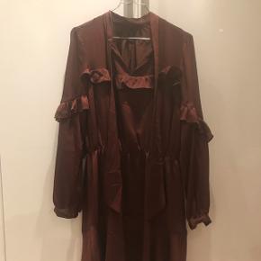 Yas kjole, aldrig brugt og stadig med prismærke 👍🏻 hurtig handel byd 😊