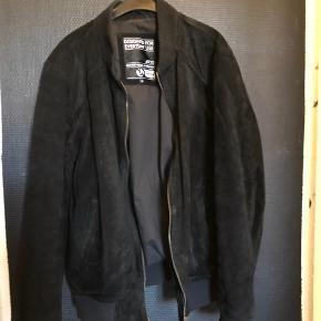 Lækker læder jakke i sort str M  Har lidt brugs mærker som sker med læder. Stadig mega flot.  Træning har gjordt jeg ikk ka passe den.