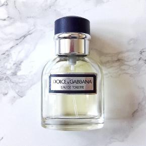 Vintage Dolce & Gabbana Pour Homme 20/40 ml Eau de toilette (EuroItalia version) - med noter af bergamot, citron, lavendel, peber, tobak, sandeltræ og tonka mm.  Eventuelt byttes til anden parfume/parfumer.  Afhentes, eller kan sendes med DAO for 37,- ekstra.  Tjek også mine andre annoncer, der kunne være andet som havde interesse.
