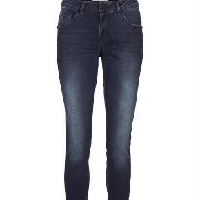 Varetype: Super fede jeans Størrelse: 31 Farve: Mørkeblå Oprindelig købspris: 999 kr.  92% cotton, 6% polyester, 2% elastane