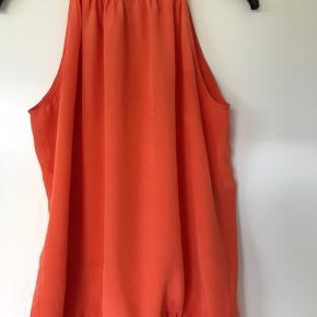 Smuk top i 100 % silke fra det belgiske brand 'Just in Case' str er en fransk str 40, som svarer til en dansk str 38. Den har et par pletter nederst og er derfor sat til god men brugt. Den er kun brugt få gange. Bytter ikke