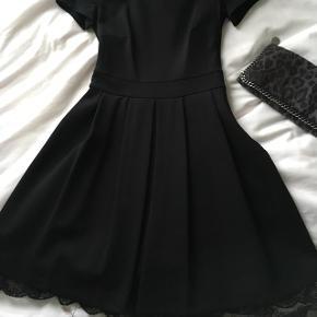 Pris sat ned!! Fed mini kjole. Perfekt til hverdag eller fest. Har diskret blondebånd forneden. Brugt kun 1 gang