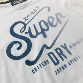 Varetype: Langærmet T-shirt Farve: Hvid Prisen angivet er inklusiv forsendelse.  Lækker lidt oversize model t-short fra Superdry. 100 % bomuld, letning behagelig at have på.