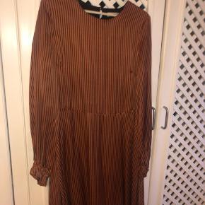 Virkelig smuk Veronica kjole i rust med blågrå Strib.  Brugt 2 gange og vasket en gang  Normal i størrelsen   Veronica dress YE18 Style 10902774