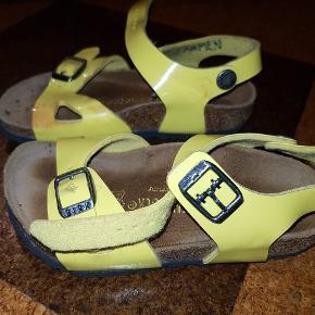 Fantastiske og behagelige sko. Brugt kun et par gange. Har fået misfarvning på den ene,ser billederne.