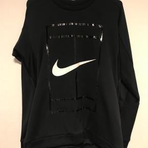 Lækker Nike trøje - sælges kun fordi der er plads mangel i skabet.  Kan sendes, køber betaler porto.   Kan også afhentes i Billund.