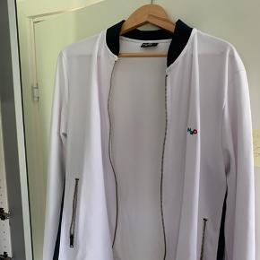 Hvid h20 jakke Købt ny,  men har aldrig passet til min stil Passer 185+-