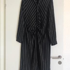 Casual skjorte kjole i sort med grønne og hvide striber. Brugt en gang vasket to. Længde: 115 cm Bryst: Ø102 cm Hofte: Ø114 cm Materiale: 97% polyester 3% elastan