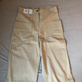 Købte bukserne på TS, men de var desværre for store, så nu skal de videre. De er helt nye med prismærke. Farven på tredje billede snyder lidt, men farven på de andre to billeder passer.