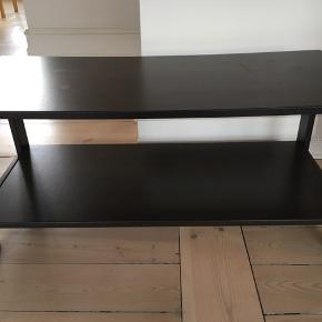 Sort tv-reol fra Ikea. 80 x 37 x 35 cm.