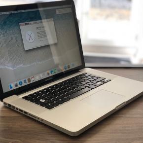 """MacBook Pro 15"""" sælges, har et par skræmmer på låget, nyserviceret og fabriksinstalleret   Processor 266 GHz Intel Core 2 Duo Hukommelse 4 GB 1067 MHz DDR3 Grafik NVIDIA GeForce 9400M 256 MB  Harddisk 500 GB SATA   Oplader medfølger"""