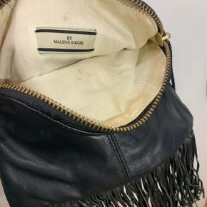Lidt snavset nede i tasken, men ellers meget fin stand udenpå:)