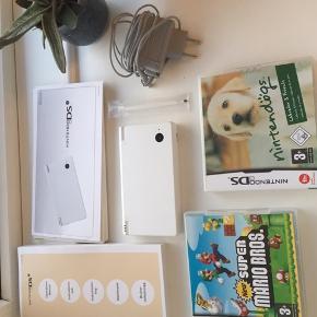 Fin hvid Nintendo DSI med lader, ekstra pind og 2 spil: Mario og NintenDogs. Fejler intet og brugt meget lidt. 🎮🤓