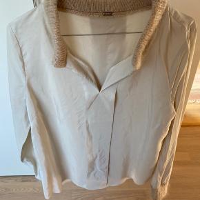 Skøn skjorte fra Gustav i 100 procent silke og med ribstrikkede kanter ved krave og ærmer. Læg foran og bagpå. Brugt men virkelig pæn