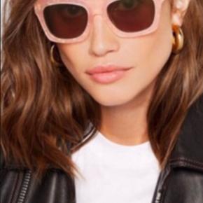 Flotteste solbriller fra Ganni! Er aldrig brugt🌻 Simpelhen så fin en lyserød farve med guld i💖  Den originale velour æske følger med💛