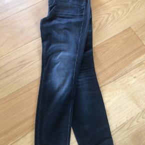 """Lækker sort vasket jeans 7/8 længde. High waist, slim fit. Model: Skinny pusher.  Hedder 27"""". Passer til en str 36 og 38."""