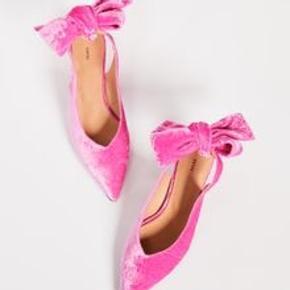 Så fine pink velour heels fra Ganni med skøn lille kitten Heel. Sælger da jeg købte dem i en forkert størrelse ved en fejl. Nypris 1800 kr. Perfekt til fest eller til hverdag med et par jeans.
