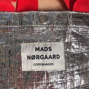 Flot Mads Nørgaard net brugt 1 gang sælges billigt!! Mega fed sølv effekt og med masser af plads😁😁 Sender med DAO eller mødes i århus