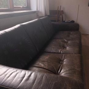 Vintage ældre sofa sælges. Sofa, læder, 3 pers.  Flot og lækker sofa sælges. Rigtig behagelig at sidde i, med lækker kvalitet. Sofaen er lavet af 100% ægte brun læder, og derved er der også kommet nogle uundgåelige brugsmærker. Sofaen er ca. 30 år, men udover slidmærker fungerer den helt perfekt. Sofaen sælges idet ejeren skal flytte i mindre bolig og desværre ikke har plads til den.   Størrelse: Længde inkl. armlæn: 215 cm.. Dybde: 84 cm. Højde: 68 cm.  Sofaen hentes selv i Thisted, Nordjylland :)