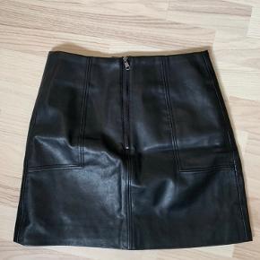 """Læder """"look a like"""" nederdel fra H&M. I fin stand.    Køber betaler forsendelse 🦋"""