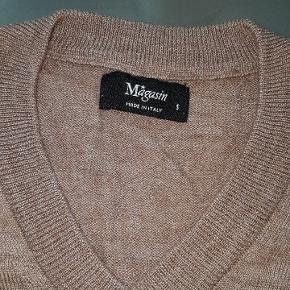 Smuk nøddebrun v neck fra Magasin i 50 % merino uld og 50 % akryl (aldrig brugt, købt for lille)