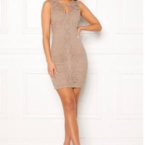 Mærket er Chiara Forthi og kjolen er kun brugt en enkelt gang til et bryllup. ☺️