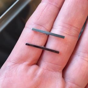 Sælger de her stix øreringe har aldrig fået dem brugt - har pakket dem ud for at tage billedet