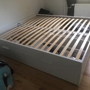 Ikea Hemnes seng. Den er kun nogle måneder gammel, men har ikke plads til den da jeg skal skifte sove værelse. Lameller følger med gratis.