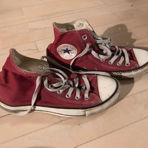 Der er tegnet et flot mønster på den ene sko, og mit navn står på indersiden... men de er næsten ikke brugt 🏄♀️