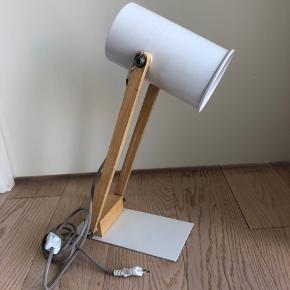 Bordlampe fra Søstrene Grene. Fejler intet.