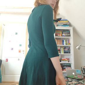Kjole fra Dorothy Perkins i jersey-stof med en smock-hals i fit and flare stil i flot mørkegrøn😊  Selv er jeg S/M og 172 cm