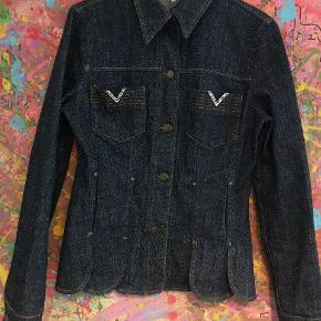 Denne fine denim R.E.D Valentino jakke, har bare hængt bagerst i mit skab.  Den er i str 46, men en lille en af slagsen. Jeg er str 44 og den er lidt for lille i armene til mig.  Der er en mindre fejl (som kan ses på  billede 4) hvor at der er en rinsten der mangler på en af lommerne, men fejlen er så lille, at jeg først så den da jeg tog billeder af jakken.  Brugt 2 gange og i ellers super fin stand.  Parat til modeugen!❤️  Ny pris: 6500 kr