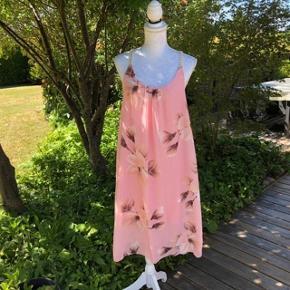 Super udsalg.... Jeg har ryddet ud i klædeskabet og fundet en masse flotte ting som sælges billigt, finder du flere ting, giver jeg gerne et godt tilbud.............. Fra ikke ryger hjem.  * LikeLondon kjole Smuk kjole - aldrig brugt