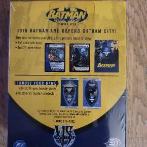 Super fedt kortspil med figurer fra Batman universet.  Batman Trading Card Game Starter sæt til 2 spillere. Indeholder alt du skal bruge for at 2 kan spille mod hinanden. I alt 52 kort og regelbog.   Passer også med andre spil fra VS System serien. Men de er ikke nødvendige for at spille startersættet.
