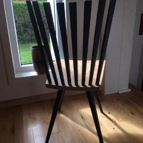 6 stk. Mikado spisebordsstole designet af Foersom & Hiort-Lorenzen i 1996.   Stemplet: FDB  Materialer og produktion: Sædet er af formpresset bøg. Ryg, ben og understel er af massiv bøg. Det benyttede træ er FSC-certificeret fra europæiske skove.  Mikado stolen er et stykke dansk designhistorie, der i dag er vagt til live med stor aktualitet. Stolen passer perfekt som spisebordsstol, men designet står også flot fritstående.  Ryghøjde: 45,7 cm.  Sædedybde: 40,2 cm.   I fin stand. Kun alm. brugsspor.   Sælges samlet...  Skal afhentes i Esbjerg/Varde/Oksbøl-området.