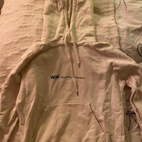 Jeg sælger denne råhvide Wood Wood hoodie. Den er i meget fin stand, næsten ikke brugt. BYD gerne!