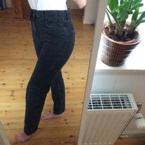 Sorte jeans med syninger i stoffet sælges. De er kun brugt 1 gang. Kom gerne med et bud og tjek mine andre annoncer ud for mængderabat!
