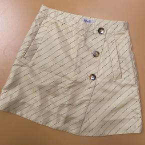 Lysegul nederdel fra Baum und Pferdgarten. Aldrig brugt. Ingen bytte.