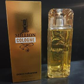 """Sælger denne super lækre herre parfume fra Paco Rabanne ved navn """"1 Million Cologne"""".  Beskrivelse af duften: """"1 Million Cologne er en frisk og charmerende variant af den originale 1 Million duft. Duften er en olfaktorisk brise af hav-friske citrus noter, med undertoner af krydederier og maskuline lædernoter, som gør duften frisk, stilren og sofistikeret. En fængslende og fuldt ud forførende gentleman duft.""""  Parfumen er HELT NY og ALDRIG BRUGT.   Jeg tager gerne i mod bud :).  Kan afhentes eller sendes mod betaling.  Se gerne mine andre annoncer for andre varer."""