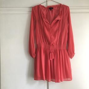 Koralrød kjole fra Banana Republic, så smuk på! En (stor) str. Xs. ... købt i New York sidste sommer. Brugt meget, meget lidt.  • Bruger selv:  TØJ STR: 34-36 (xs-s) HØJDE: 172 cm SKO: str. 38 stilletter/ 39 flade.  • MobilePay ✅  Sender gerne m. DAO eller Tradono  - men er ekskl. Pris og v. DAO er forudbetaling et must.