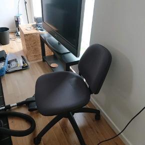 Super fin og simpel kontorstol, som er behagelig at sidde i. Kan indstilles på flere måder.
