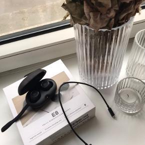Lækre B&O E8 trådeløse høretelefoner i virkelig flot stand. Sælges da de ikke bliver brugt nok. De er 1 år gamle men har desværre bare lagt mest i æsken siden de er blevet købt. Alt originalt medfølger 🌸
